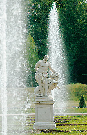 Picture: Statue of Hercules at the parterre
